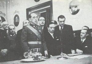 El coronel Eymar recibiendo una condecoración