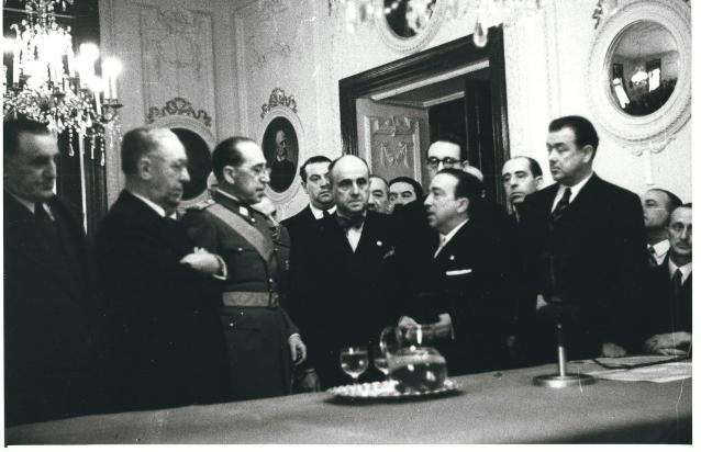 Coronel Eymar condecorado el 1 de enero de 1950 con la medalla de Plata al Mérito Policial por el Director General de Seguridad Francisco Rodriguez Martínez ante numerosos miembros de la Brigada Político Social y diversos representantes de la vida política y cultural de Madrid.