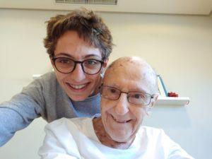 """El abuelo Eduardo Cierco Sánchez y su nieto Fabián Cierco Jiménez de Parga, que bien podría titularse """"La clase del nieto al abuelo sobre el acceso a Internet y el uso del ordenador"""