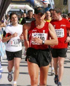 """Billy el niño corriendo…para escapar de jueza argentina. Fotografía del articulo """"Las últimas palizas de Billy"""" de la revista Interviú de 21.12.2013."""